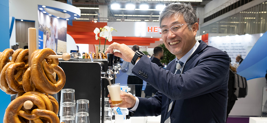 Image of Satru Nakayama of Pyxchemi serving a draft beer at CordenPharma's CPhl 2019 Beer Masterclass event