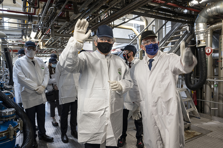 The European Commissioner Thierry Breton visiting inside the CordenPharma Chenôve facility.